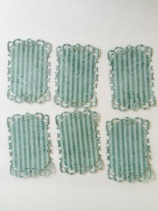 Del papel primavera, extraer un pedazo de rayas azul (mariposas azules en reversa). Cut (6) da forma con el segundo más pequeño de etiquetas decorativas Ocho dado. Ligeramente bordes de tinta.