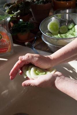 Pulse el exceso de agua de los pepinos.