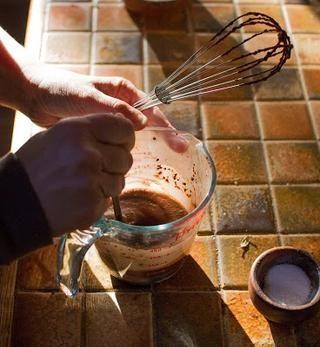 Mezclar el azúcar calentado, leche de almendras y cacao en polvo bien juntos