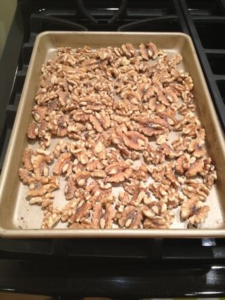 Para tostar las nueces, precalentar el horno a 375. Spread las nueces en una sola capa sobre una bandeja para hornear. Coloque en el horno, y asar hasta que empiecen a dorarse y olor fragante (unos 5-10 minutos).
