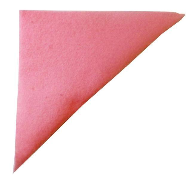 Dobla la plaza más para hacer un triángulo, con el borde pegado en la parte superior como se muestra. Pulse para sellar el borde y permitir que el pegamento se seque.