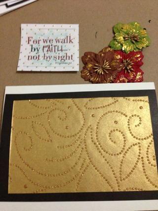Heres otra idea de la tarjeta, no usar una etiqueta de regalo. Tuve unas pegatinas transparentes especiales que me decidí a utilizar. Los mismos pasos de capas de papel negro con papel decorativo en la parte superior. Ahora el tiempo de montar!