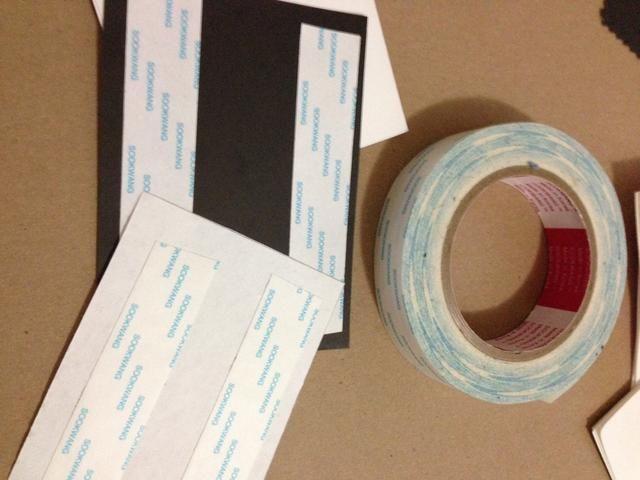 Yo quería un fondo negro en mi tarjeta y una pieza decorativa de papel en capas en la parte superior. Corte a la medida y utilizar cinta adhesiva doble! (Doble palo es mejor que rodar la cinta y la creación de grumos.)