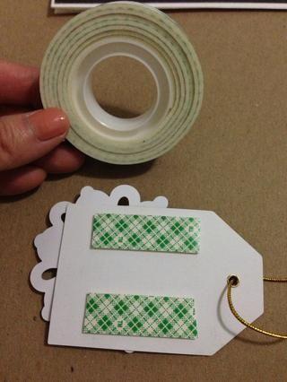 Usted quiere que su etiqueta de regalo de semi-pop! Por lo tanto, utilizar la cinta de espuma para crear una elevación sutil en la tarjeta. Te prometo que se ve bien en persona!