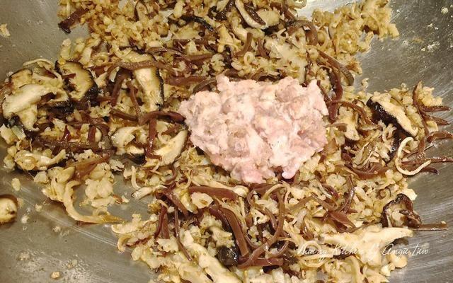 A continuación añadimos la carne picada y freír durante unos 5 minutos o hasta que la carne esté cocida.