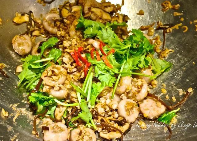 Agregue el cilantro picado y chile rojo. Revuelva a través de otro minuto. Pruebe y agregue más condimentos, si es necesario.