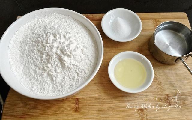 Mientras tanto, preparar los ingredientes necesarios para hacer las semillas ábaco ñame que son harina de tapioca, el aceite, la sal y el agua hirviendo cocinar.