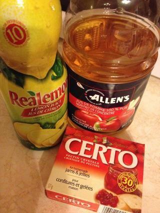 Reúna el jugo de limón, jugo de manzana, y la pectina de la fruta.