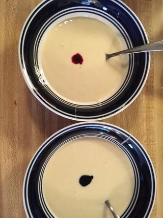 Coloque varias gotas de colorante alimentario rojo y azul.