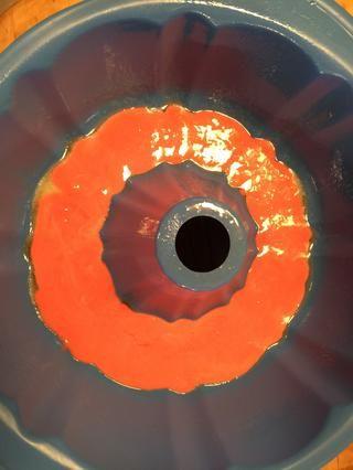 Vierta la torta roja masa en el fondo del molde con toque