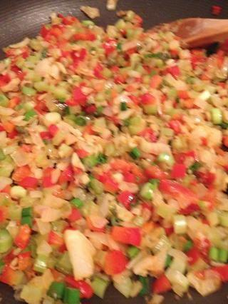 El aceite de oliva de calor 1T en sartén y añadir todas las verduras que empiezan con la cebolla, el ajo y el jengibre. Rehogar a fuego medio. Cocine hasta que los vegetales estén suaves y aromáticos.