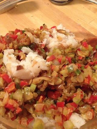 Deje que la mezcla de vegetales que se enfríe antes de manipularlo. Bacalao Enjuague, triturar como exprimir el exceso de agua a través del filtro. Añadir el pescado y la mezcla de verduras enfriado a un tazón grande.