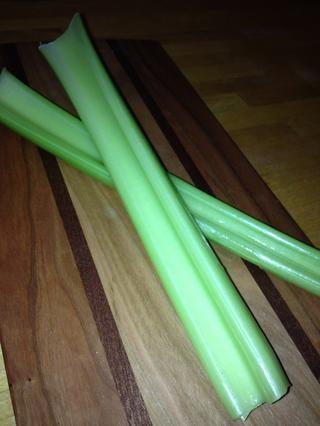 Tallos de apio dados. Usted quiere asegurarse de cortar todas las verduras de manera uniforme en dados pequeños.