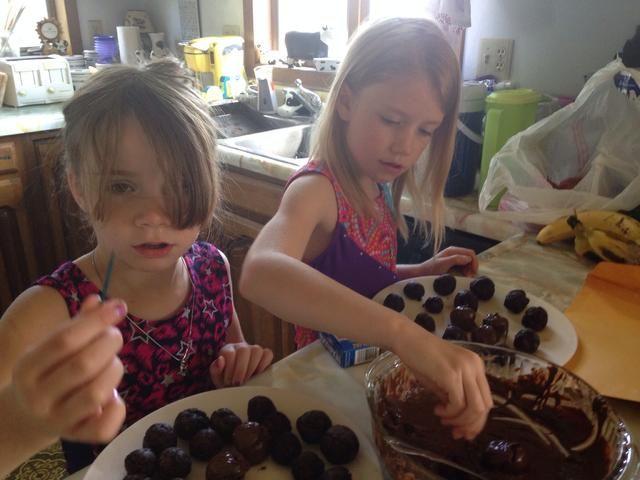Bolas de la torta del rodillo en el chocolate derretido (vamos a asegurarnos de poner papel de cera sobre la placa, ya que realmente atascado sólo la placa)