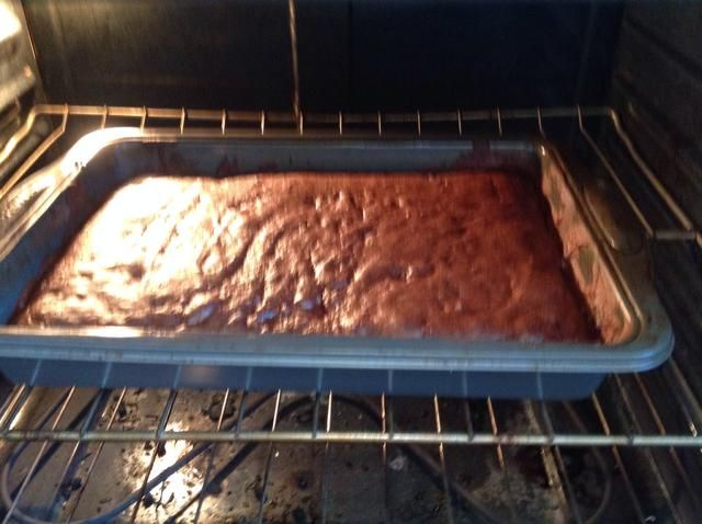 Hornear la torta en el horno - siga las instrucciones de la caja de mezcla para pastel