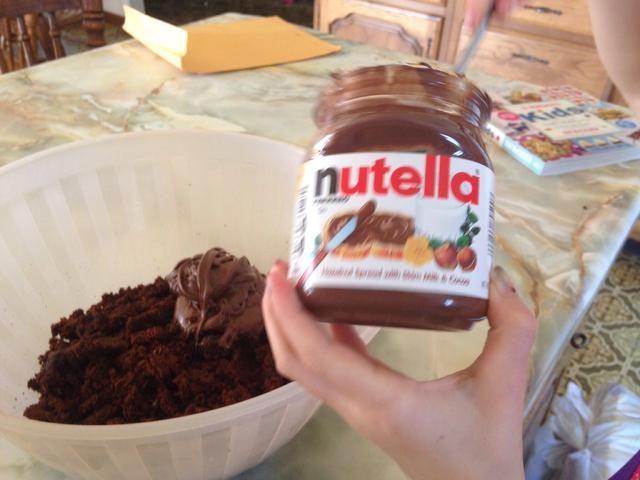 Añadir Nutella (o glaseado al pastel se desmorona