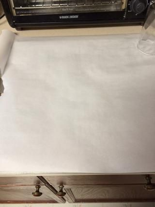 Cubra una bandeja para hornear con papel pergamino