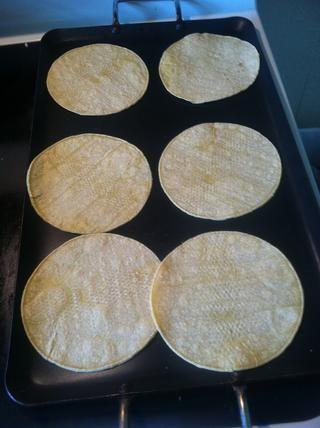 Coloque las tortillas en el comal sólo para conseguir calentado rápidamente.