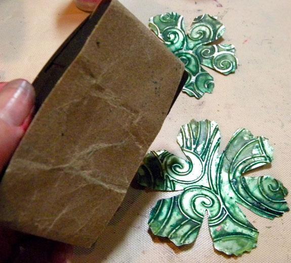 Después de que estén secas, lijar ligeramente la superficie de troquelado cada uno para revelar la plata áreas levantó.