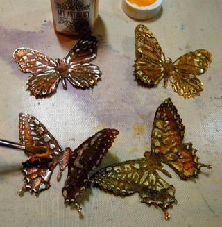 He añadido otra capa de ámbar piedras preciosas a las mariposas después de que les lijada. Entonces pinté el centro