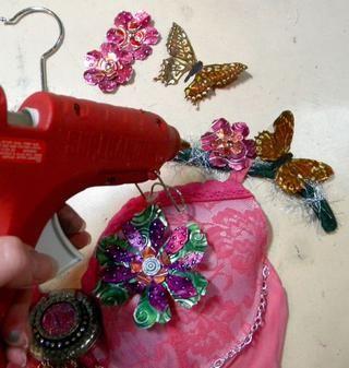 Por último, caliente pegar las flores y las mariposas en el colgador.