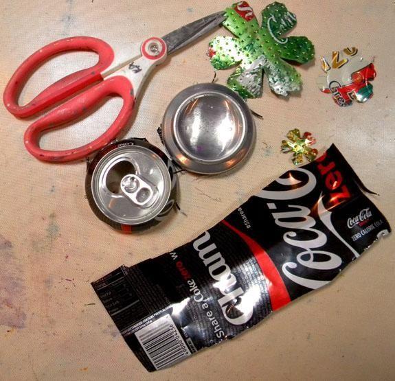 Para preparar la lata para troquelado, corte la parte superior e inferior fuera de la lata, y luego cortar por el lado para que quede plana. Tenga cuidado porque los bordes están muy afiladas! He utilizado el lado de plata de la lata.