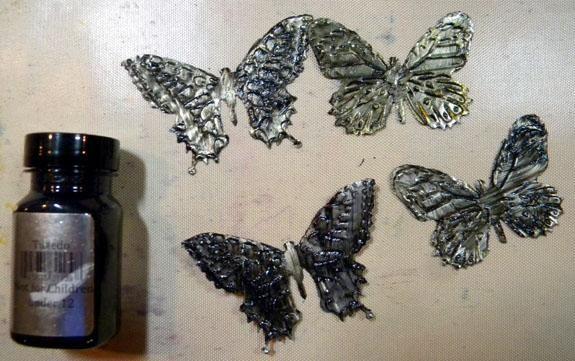Para las mariposas, que quería un fondo negro, así que les pinté con Velvet Tuxedo y dejar que se sequen. Si se utiliza una pistola de calor, tenga cuidado de no quemarse!