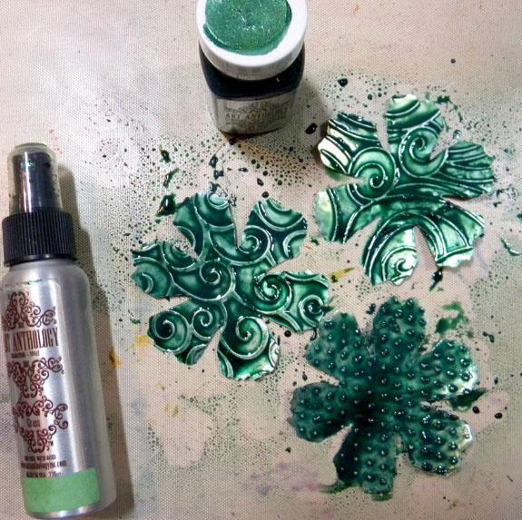 Pintar el más grande de la flor con piedras preciosas Emerald. Mientras ellos están húmedos, rocíe con hierba coloraciones Rocíe y deje secar. Esto permite que el color se acumule alrededor de las zonas en relieve muy bien.
