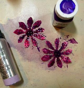 Pintar las flores medianas con Flourite piedras preciosas, y luego rociar con Wild Orchid coloraciones Spray.