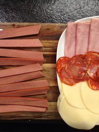 Jamón, chorizo, queso y enlaces. En Portugal utilizan salchicha, linguiça (que's like Chinese sausage ) and sometimes salame.