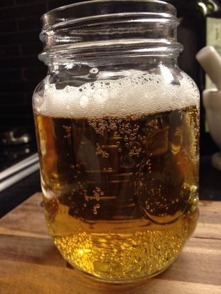 Cerveza. Sobre una pena lata. Cualquier tipo. El bueno de Bud lo haría.
