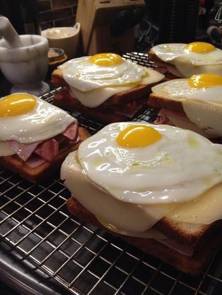 Arriba el sándwich con un poco de huevo frito. Hervir duro también funciona.