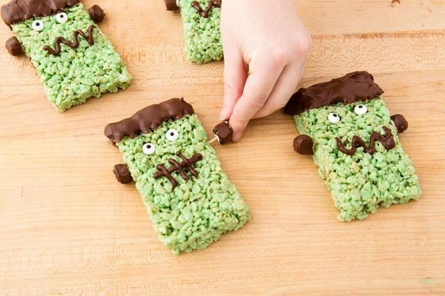Espere a que el chocolate se enfríe. Una vez enfriado, añadir el chocolate pernos Frankenstein cubiertos a cada lado de su tratamiento Rice Krispies.