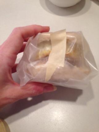 Envuelva sandwich con papel encerado y sellar con cinta congelador.