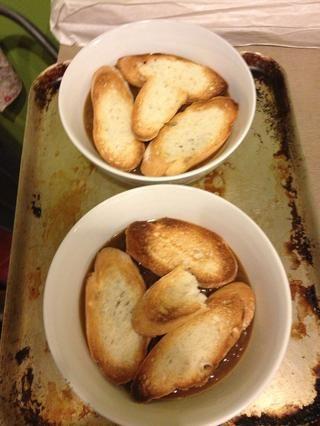 Coloque palillo francés tostado en la parte superior