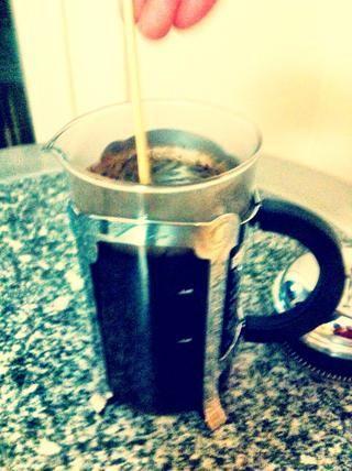 Remover con una cuchara de madera o un palo! (una cuchara de metal puede astillar o romper su máquina de café precioso!)