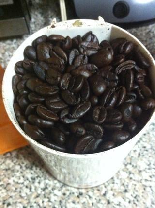 Coloque las habas enteras en un molinillo de café