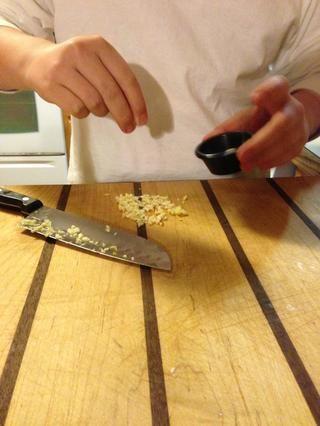 Añadir sal, esto hace que los sabores del ajo para liberar!