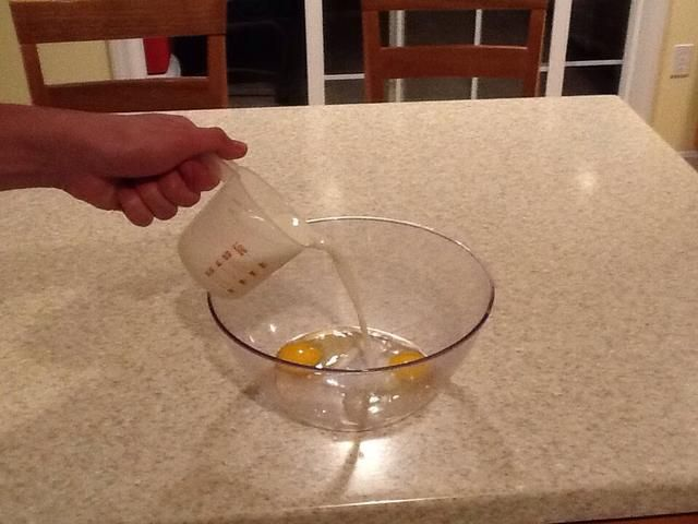 Agregar dos tazas de leche en un tazón o licuadora mezcla