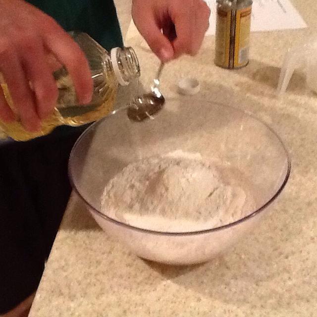 Añadir 2 cucharadas de aceite vegetal en el tazón de mezcla o licuadora