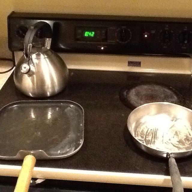 Precaliente 1 o 2 sartenes de estufa a fuego medio y cubrir ligeramente los moldes con mantequilla o Pam aerosol