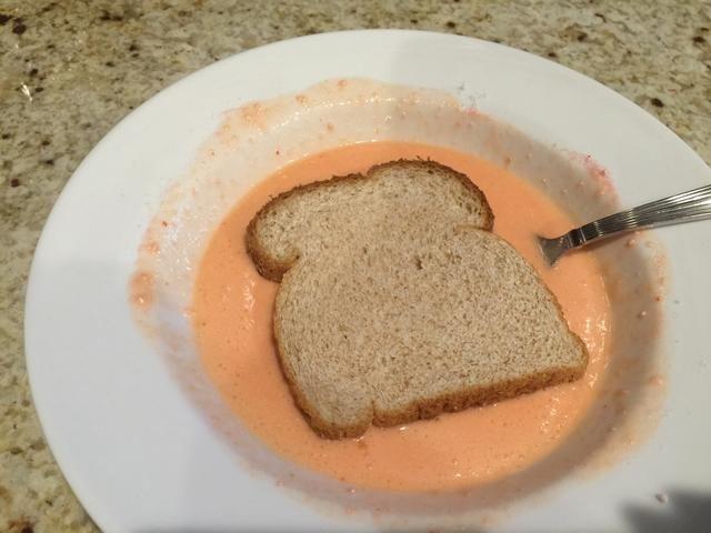 Sumerja el pan en la mezcla.