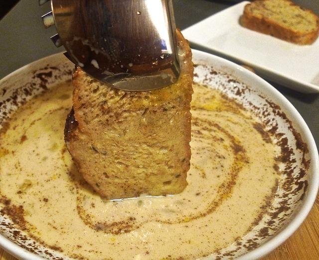 Remoje todos los 6 rebanadas de pan y drenado.