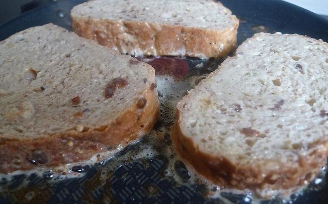 Trabajo en grupos, dorar el pan muy ligeramente hasta que estén doradas. Rehogar durante unos 3 minutos, sólo para sellar tipo del huevo batido.
