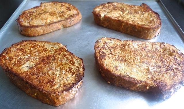 Mantenga la tostada caliente francés en el horno a fuego la temperatura si no se consumen de inmediato.
