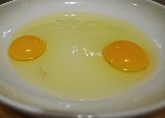 Coloque los 2 huevos en un recipiente poco profundo grande.