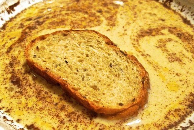 Sumerja cada rebanada de pan francés de espesor en la mezcla de huevo.