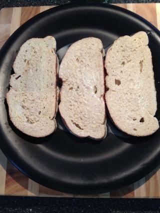 Sumerja el pan yo. A continuación, poner en una bandeja / placa / lo que sea. Si tiene exceso de líquido, cortar otra rebanada o pan. Duh. Refrigere 15 minutos para dejar reposar.