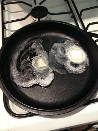 Calentar una sartén de hierro fundido con una mantequilla de lotta. Sí la mantequilla es sabor. Añadir tostadas francesas cuando la mantequilla es CALIENTE. Don't have a cast iron skillet? Upgrade yourself.