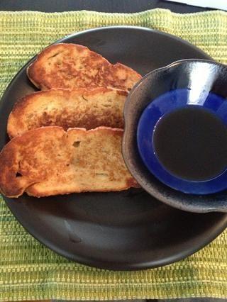 Póngalo en un plato y servir. Añadir una mierda como crema fresca o fresas o arándanos o lo que sea para que se vea elegante - sólo sé la tostada francesa y el jarabe es bueno en sí mismo.
